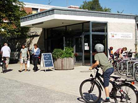 Das 1965 eröffnete Hamburg Haus ist ein Gemeinschafts- und Kulturzentrum welches für Veranstaltungen Ausstellungen und - als Zweigstelle der Hamburger ... & Hamburg Haus - Adresse Beschreibung kommende Veranstaltungen